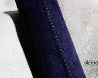 L'eleganza del blu e del bianco. Rivestimento ruota timone in pelle scamosciata.