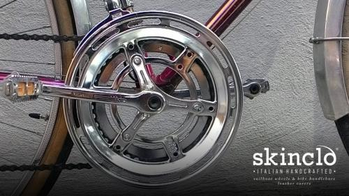 skinclò-bike-bag-on-french-randonneuse-motobecane_handcrafted-leather-covers-and-saddles_borsa-in-cuoio-per-bici_borsa-viaggio-bicicletta-pezzo-di-cuoio-singolo_rivestimenti-selle