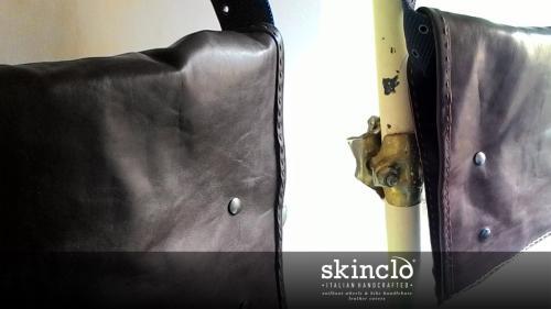 skinclò-genuine-leather-hancrafted-messenger-bag-rider-cyclist-borsa-messenger-in-pelle-fatto-a-mano-ciclista-rider-motociclista-made-in-rome-italy-cuoio-vitello-primo-fiore